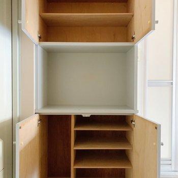 下を靴箱として、上は掃除用具の収納にいかがでしょう。
