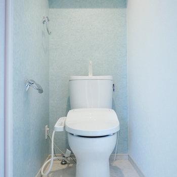 トイレはウォシュレット付き。(※写真は5階の同間取り角部屋のものです)