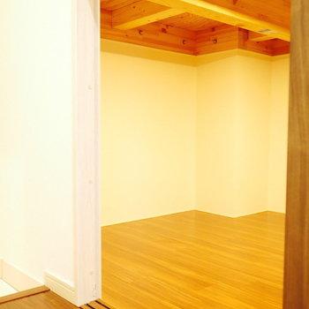 玄関入ってすぐに床下収納があります。(※写真は5階の同間取り角部屋のものです)