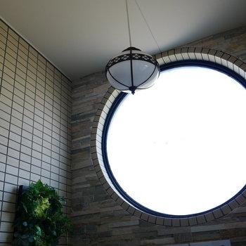 エントランス。丸窓と素敵な照明がお出迎え。