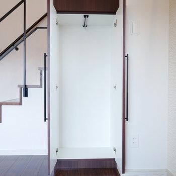 階段下の収納。(※写真は5階の同間取り角部屋のものです)