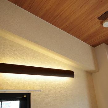 間接照明が癒される〜木目調の天井もたまらない……!(※写真は5階の同間取り角部屋のものです)