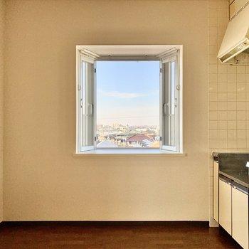 【DK】キッチン横は出窓になっています。