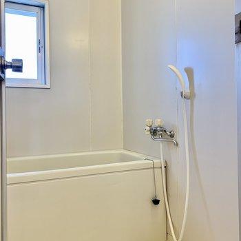 お風呂は窓で換気もできます。