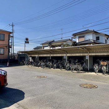 屋根付き駐輪場もありました。