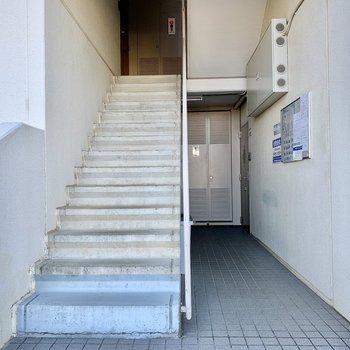 お部屋までは階段へ。階段下にポストがあります。