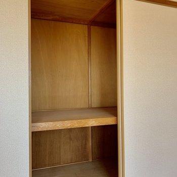 【和室】奥行きがあって収納ボックスや布団もしっかり収納できます。