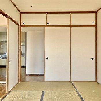 【和室】右側扉は押入れになっていました。