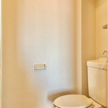 トイレはゆったりサイズ。上部に棚もついています。