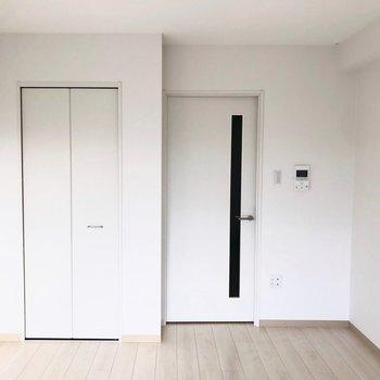 白を基調とした明るい居室。