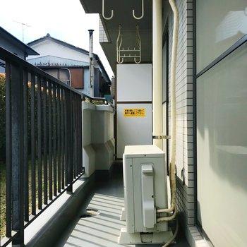バルコニーは洋室6帖と和室を繋ぎます。日当たり良好でお洗濯物もよく乾きそう〜。