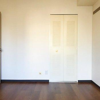 【洋室5.6帖】真っ白な収納が壁に溶け込みます。
