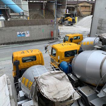 下を向くとセメント工場のトラックたち。
