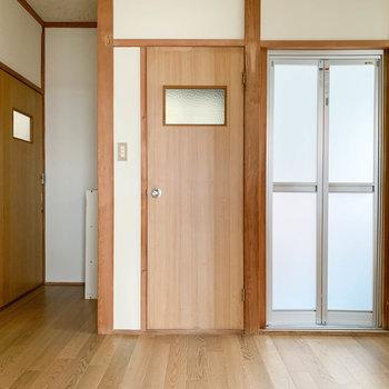 キッチンの左側、右からお風呂、トイレ、奥まって玄関部分。