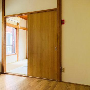 キッチンと引き戸越しに和室へ繋がってます。