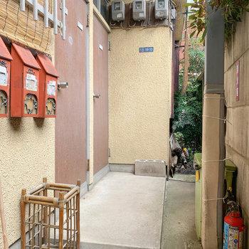玄関前の空間。左の扉を開けると、階段が現れます。