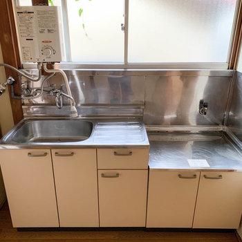 広めのキッチンです。給湯器がまた雰囲気あるなあ。