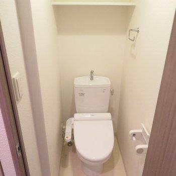 トイレの上に棚もありますね