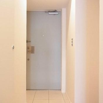 玄関ドアが優しいブルーの色使い※写真は3階の同間取り別部屋のものです