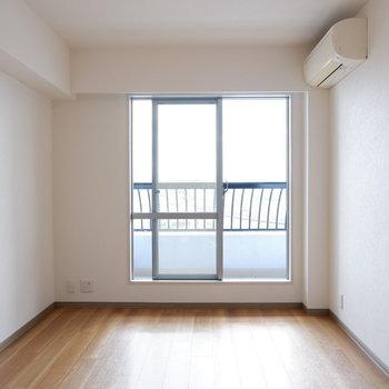 こちらは寝室に。※写真は14階の同間取り別部屋のものです