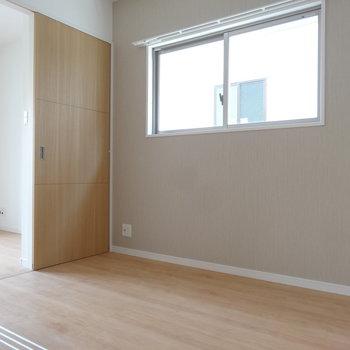 シングルベッドがちょうどよい広さ。(※写真は2階の同間取り別部屋のものです)