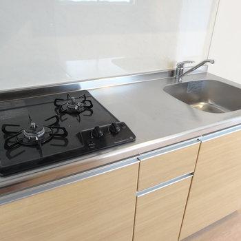 コンロは2口。調理スペースもちゃんとあるのでお料理もしやすい。(※写真は2階の同間取り別部屋のものです)