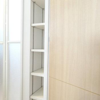 脱衣スペースにちょっとした棚が。タオルをくるっと丸めて置けばホテルみたいに。(※写真は2階の同間取り別部屋のものです)