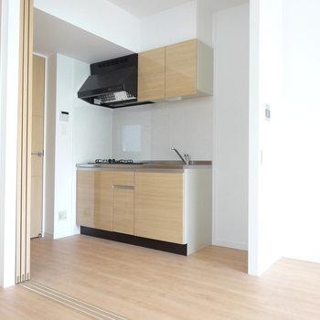 キッチンもお部屋とおそろいのテイストで。冷蔵庫スペースもしっかりあります。(※写真は2階の同間取り別部屋のものです)