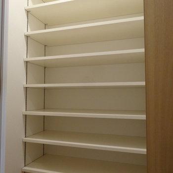 玄関に大きなシューズクローゼット。キレイに並べたいな。(※写真は2階の同間取り別部屋のものです)