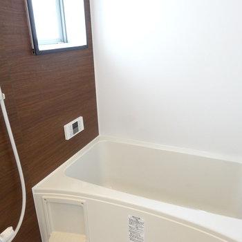 窓があるのが嬉しい。追い焚き、浴室乾燥付きです。(※写真は2階の同間取り別部屋のものです)