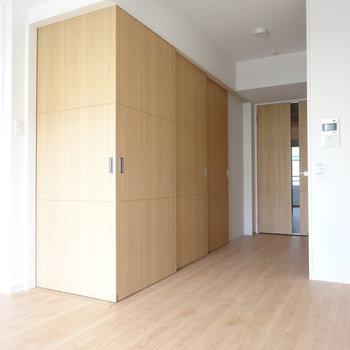 お部屋を囲むように引き戸を閉めれば、寝室は隠れます。(※写真は2階の同間取り別部屋のものです)