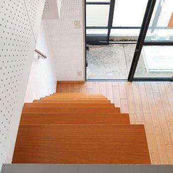 階段降りる時は、ちょっと怖い??(※写真は3階の反転間取り別部屋のものです)