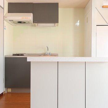 シンプルな中にも素敵エッセンスなキッチン(※写真は3階の反転間取り別部屋のものです)