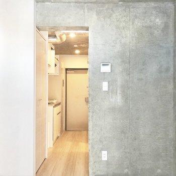 居室の入り口には突っ張り棒カーテンを。※写真は2階の同間取り別部屋のものです