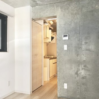 小窓のカーテンはどんな柄にしようかな※写真は2階の同間取り別部屋のものです