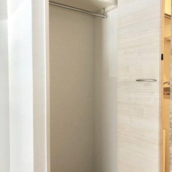 収納はコンパクトですが奥行きがありますよ。※写真は2階の同間取り別部屋のものです