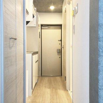 まっすぐ突き当たりが玄関です。※写真は2階の同間取り別部屋のものです