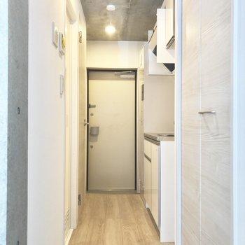 居室からまっすぐ突き当たりが玄関です※写真は2階の同間取り別部屋のものです