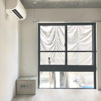 大きな窓が特徴的。※写真は2階の同間取り別部屋のものです