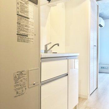 キッチン右横に冷蔵庫です。※写真は2階の同間取り別部屋のものです