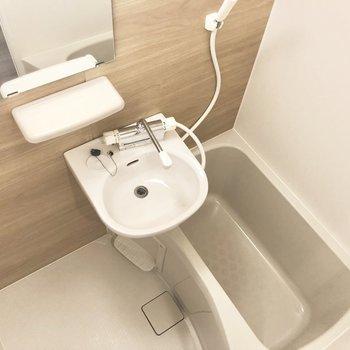 お風呂場は清潔感たっぷり。※写真は2階の同間取り別部屋のものです