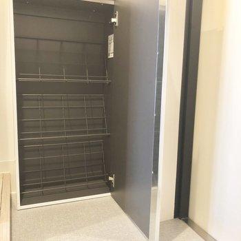 シューズボックスにはスニーカー6足くらい入りそう。※写真は2階の同間取り別部屋のものです
