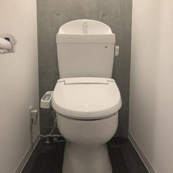 トイレの壁もコンクリート打ちっぱなし!※写真は2階の同間取り別部屋のものです