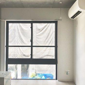 窓が大きい洋室。※写真は2階の同間取り別部屋のものです