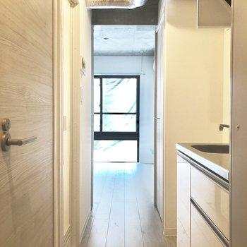 玄関はいるとこんな感じ。※写真は2階の同間取り別部屋のものです