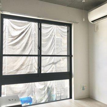 反対は白い壁です。※写真は2階の同間取り別部屋のものです