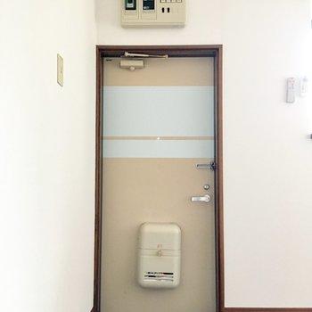 玄関のドア、個性的だなぁ。