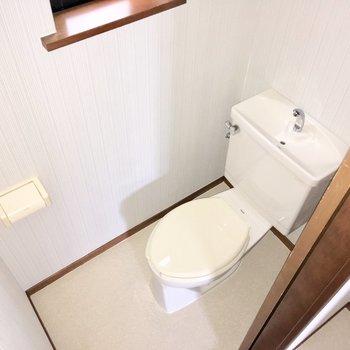 個室トイレには小窓が。換気がしやすいのが嬉しいポイント。※フラッシュを使用して撮影しています。