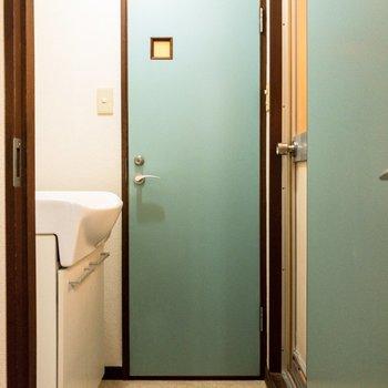 サニタリーのドアもミントグリーン。