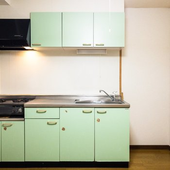 【ダイニング】ミントグリーンのキッチンがかわいい。